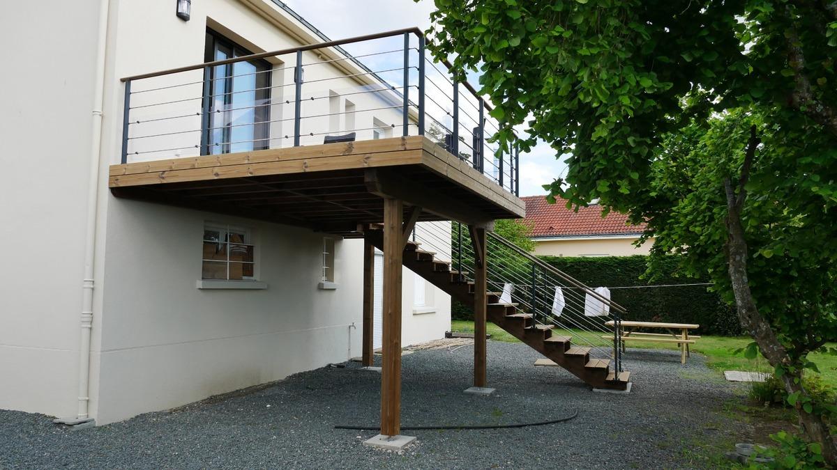 Terrasse sur poteaux à Montbert