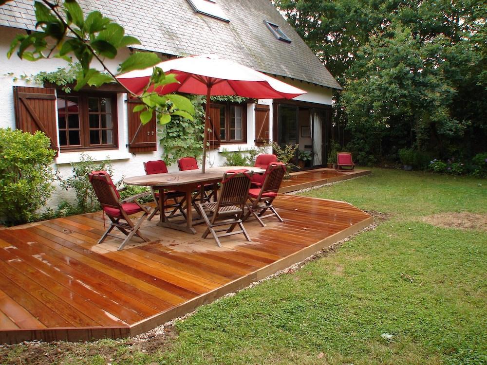 Pose de terrasse en bois traditionnelle