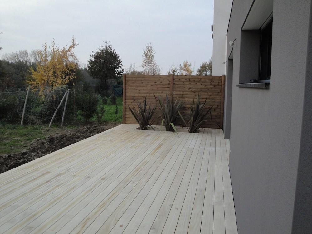 Pose de terrasse en bois avec du végétal