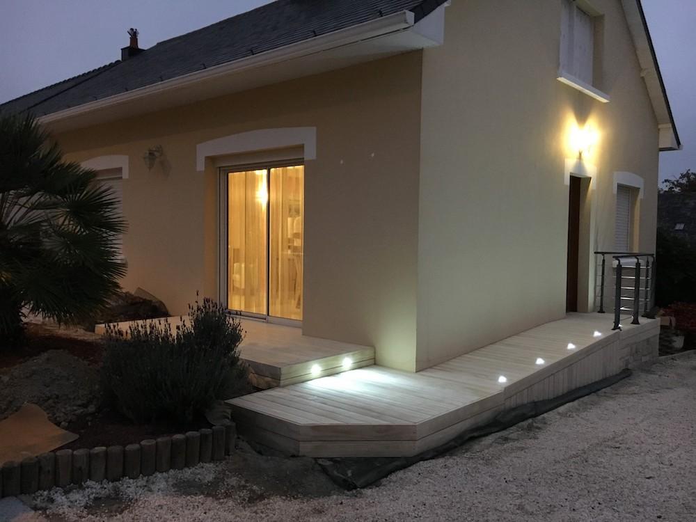 Installation de terrasse en bois avec éclairage