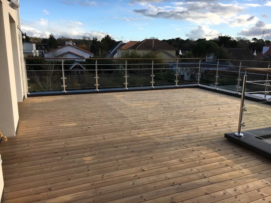 Terrasse en bois sur toit étanche