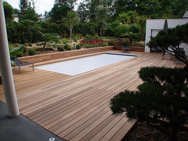 Terrasses avec plancher en bois tour de piscine proche de Nantes