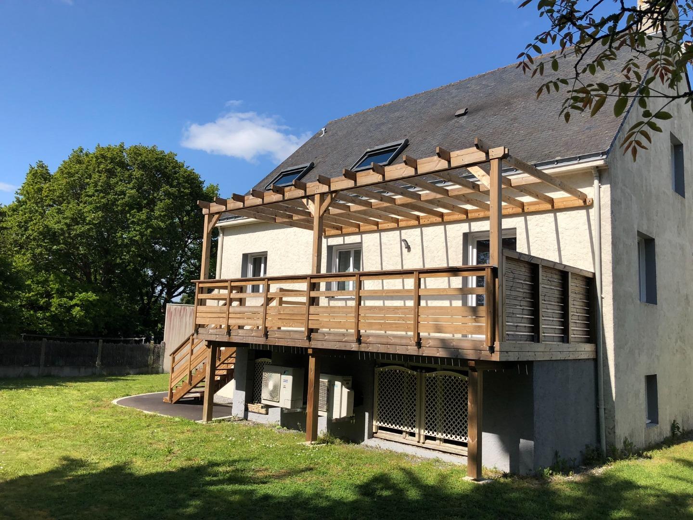 Terrasse sur poteaux à Guérande avec pergola