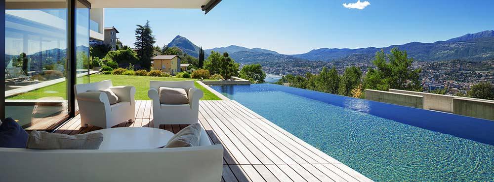 aménagement de plage de piscine avec terrasse en bois