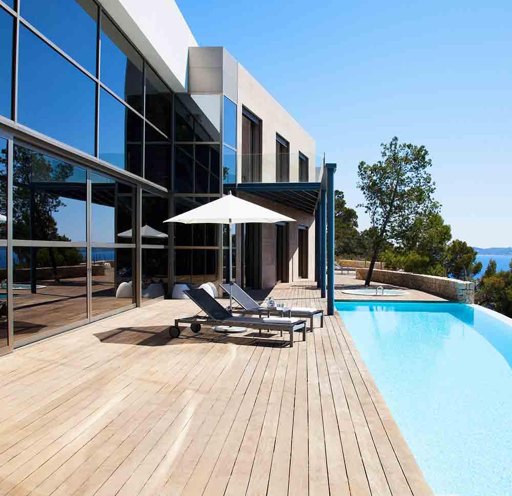 aménagement d'une plage de piscine avec une terrasse en bois