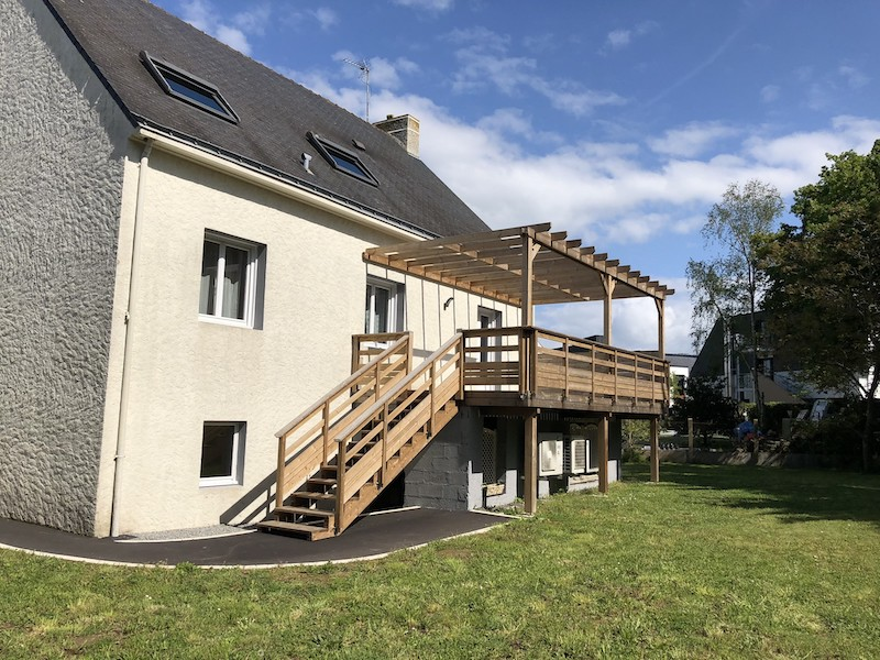 13 - Guérande - terrasse themopin sur poteaux avec pergola.JPG